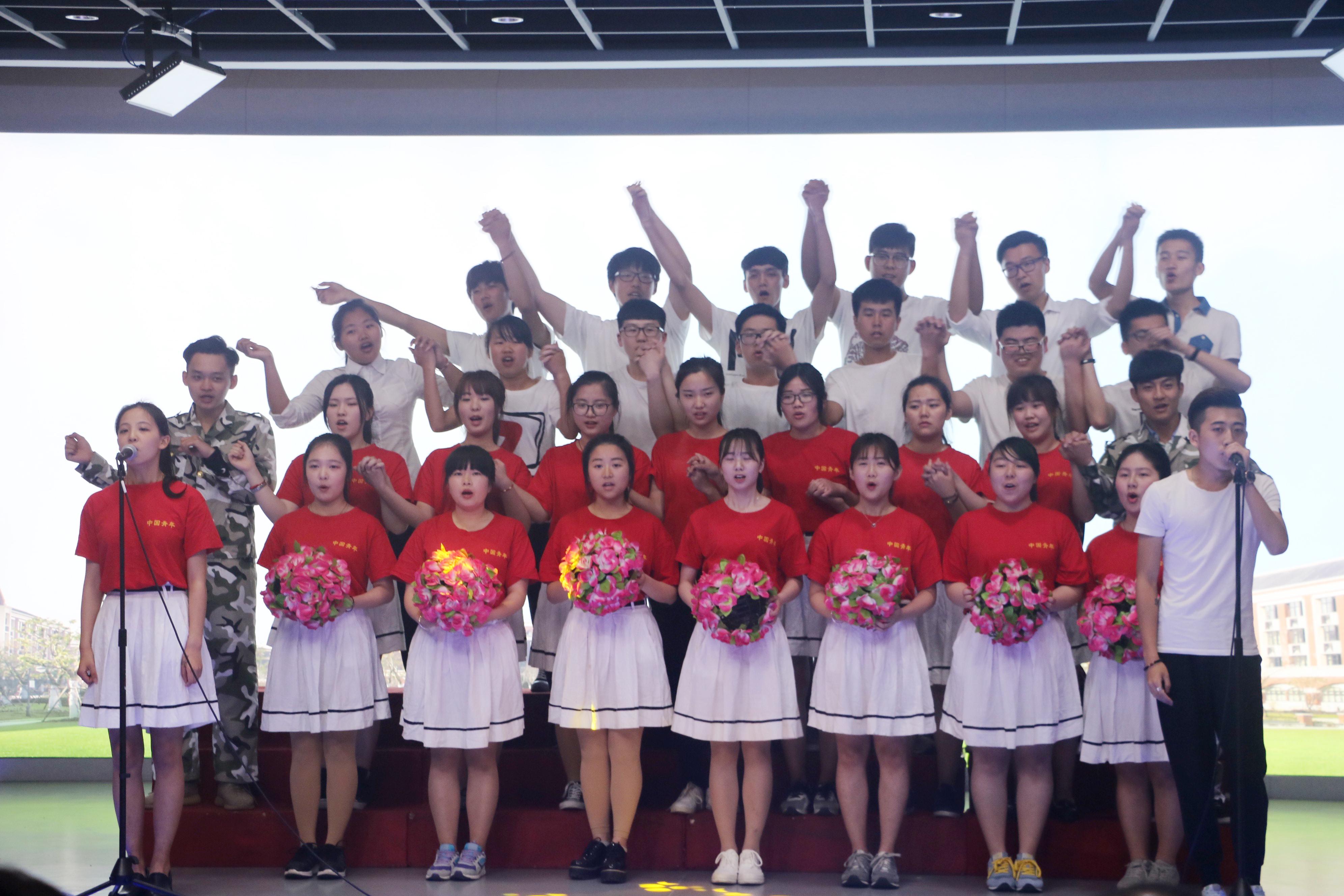 4月25日下午,新闻传播学院在演播厅举行2016年岁月如歌,以梦起航合唱比赛。新闻传播学院分团委书记毛东宇、辅导员贾存忠等出席现场观摩。 本次比赛共有五支队伍参加。15级秘书系演唱《大中国》,伴随着优雅、动听的钢琴旋律,男女声整齐而洪亮;15级新闻系以男女分声部的形式展现《相亲相爱一家人》,温暖的歌声使人沉醉至其中;15级传播系带来气势磅礴的《没有共产党就没有新中国》,期间,还穿插了由罗昊宇、董伟轩同学带来的情景剧,引起台下掌声连连;15级广告系演绎《我的未来不是梦》,同学们手捧鲜花,摇动身体,唱出梦想